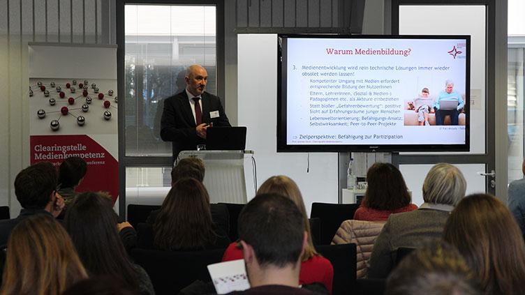 Prof. Büsch trägt auf der Fortbildung Jugendmedienschutz zum Thema Medienbildung vor.