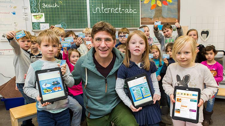 Guido Hammesfahr mit Kindern aus einer Grundschule