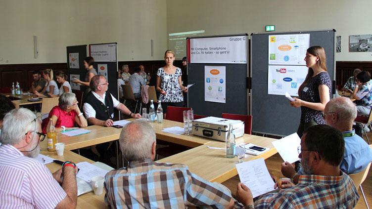 Studierende der KH Mainz und der Universität Mainz gestalteten auf der Silver-Surfer-Fachtagung Lerninseln.