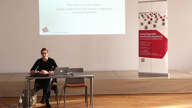 Prof. Dr. Angelika Beranek trägt beim Alumni-Treffen des Zertifikatskurses Medienpädagogische Praxis vor