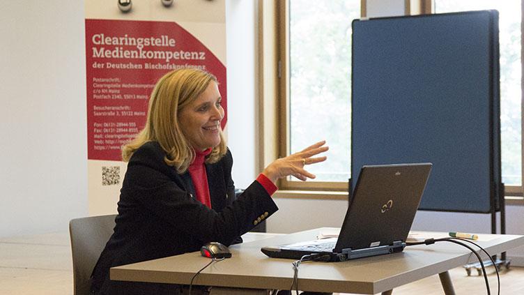 Mechthild Appelhoff bei ihrem Vortrag