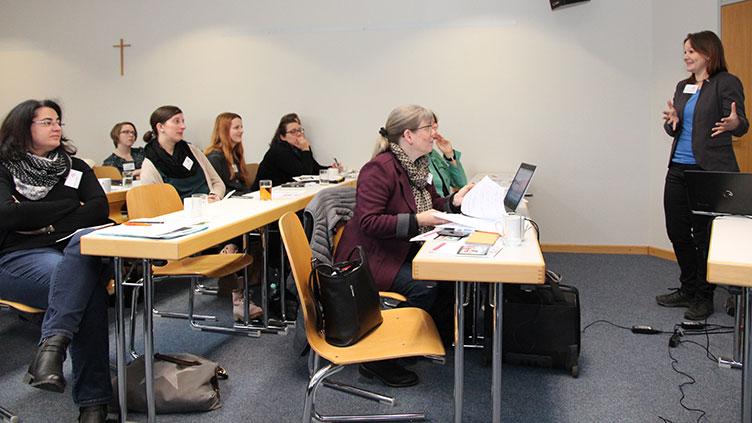 Netzwerktreffen: Menschen in Seminarsituation