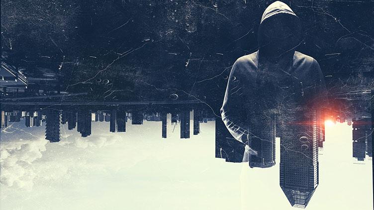 Kultur digital - auf dem Kopf stehende Skyline und Person im Kapuzenpullover