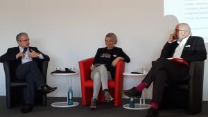 Foto: Kerstin Heinemann und Prof. Andreas Büsch diskutieren mit Prof. Dr. Joachim Valentin.