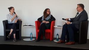 Foto: Julia Krüger und Prof. Dr. Wolfgang Beck in der Diskussionsrunde mit Hannah Ringel