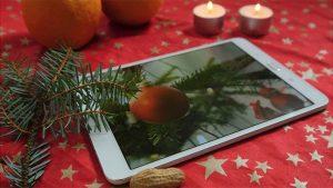 Ein Tablet auf dem Weihnachtstisch