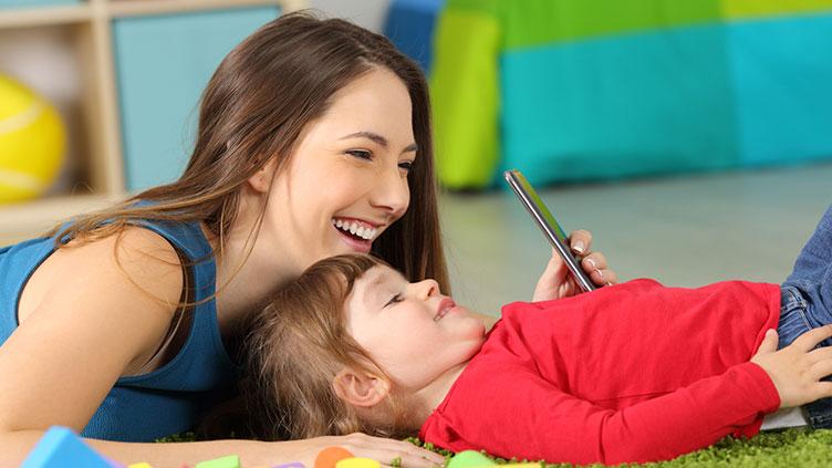Mutter und Kind bei der Smartphone-Nutzung (Symbolbild zur Blikk-Studie)