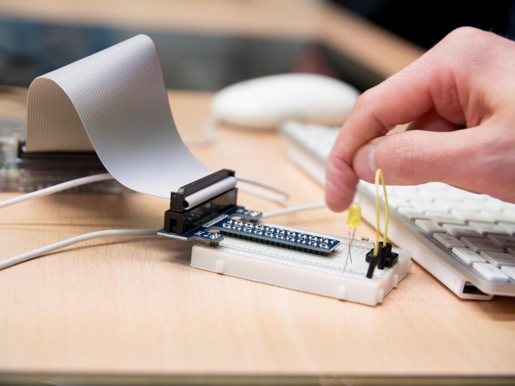 Die LED-Lampe am RasberryPi wird zum Leuchten gebracht