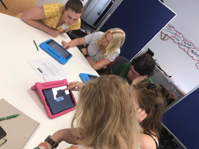 iPads und viele Menschen die an apss und kreativen Beiträgen arbeiten