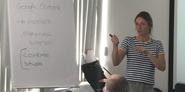 Die Vortragende Veronika Kütt erklärt den Besucher*innenper Flipchart den Vorgang zum Thema Bitcoin Wallets anlegen