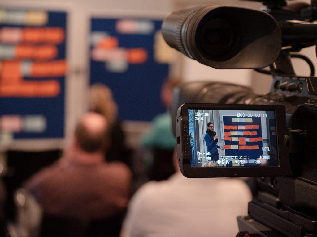 Kamera auf Frau, die Ergebnisse präsentiert
