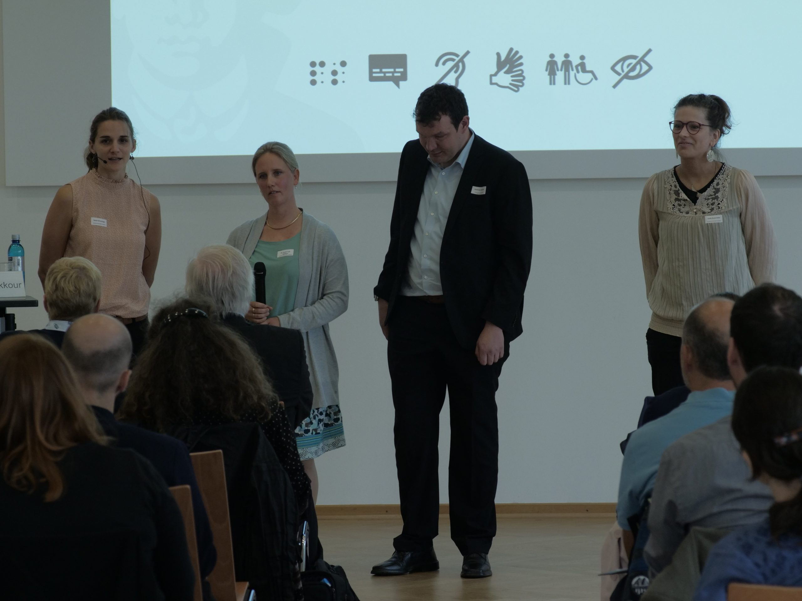 Die InnoBar-Koordinator*innen am 1. Vernetzungstreffen am Frankfurter Campus Westend (15.8.19), von links nach rechts: Sanja Grimminger, Dr. Sarah Voß-Nakkour (beide Goethe-Universität), Andreas Deitmer (BLiZ Gießen) und Linda Rustemeier (Goethe-Universität).