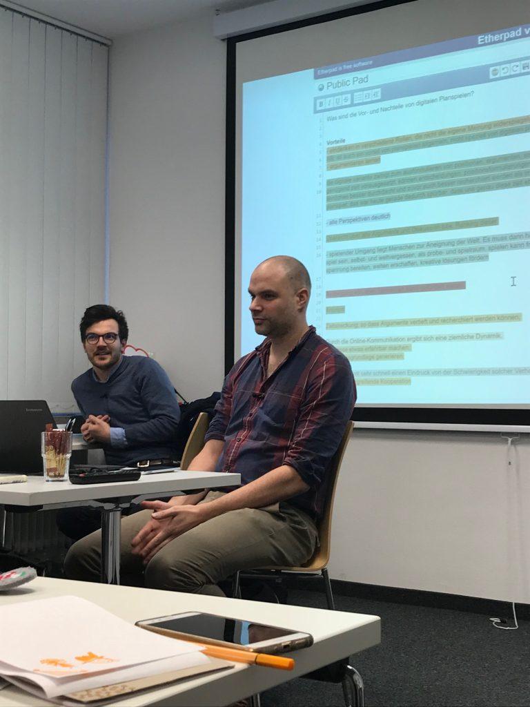 Bei der MMW berichteten die Referenten Lukas Meya und Konstantin Kaiser, Spieleentwickler bei dem Berliner Unternehmen planpolitik.de und der Planspiel-Software Senaryon