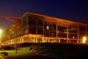 Das Physikgebäude der Uni Frankfurt bei Nacht