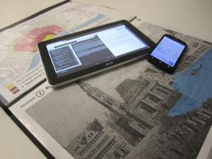 Tablet & Mobiltelefon auf alter Karte